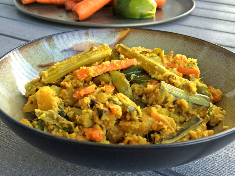 a bowl of south indian mixed vegetables with coconut