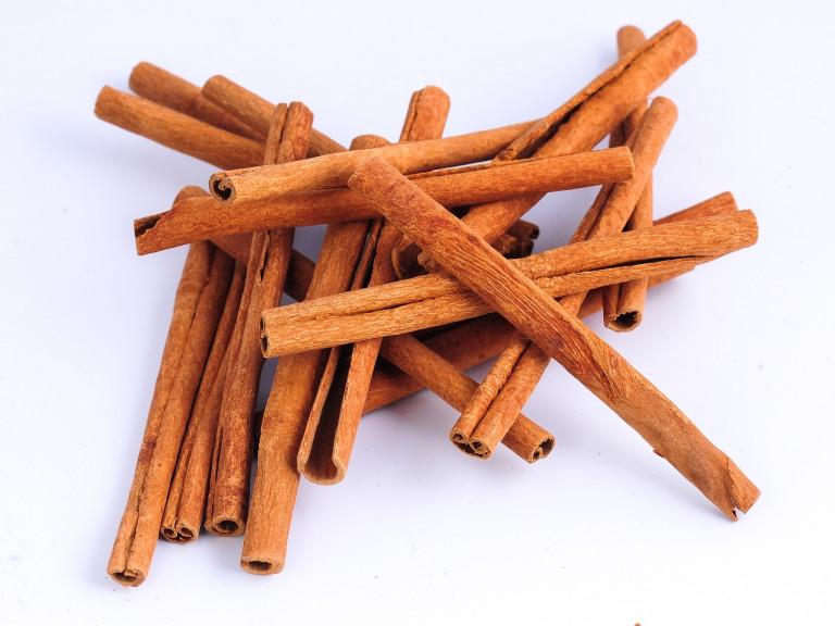 a mound of cassia sticks