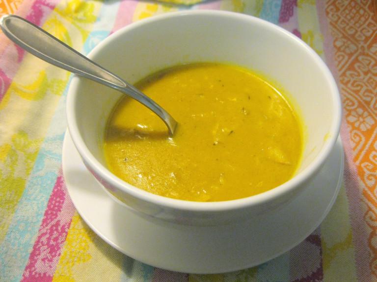 a bowl of mulligatawny soup